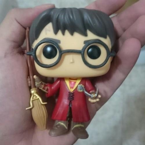 Гарри Поттер с метлой, реплика